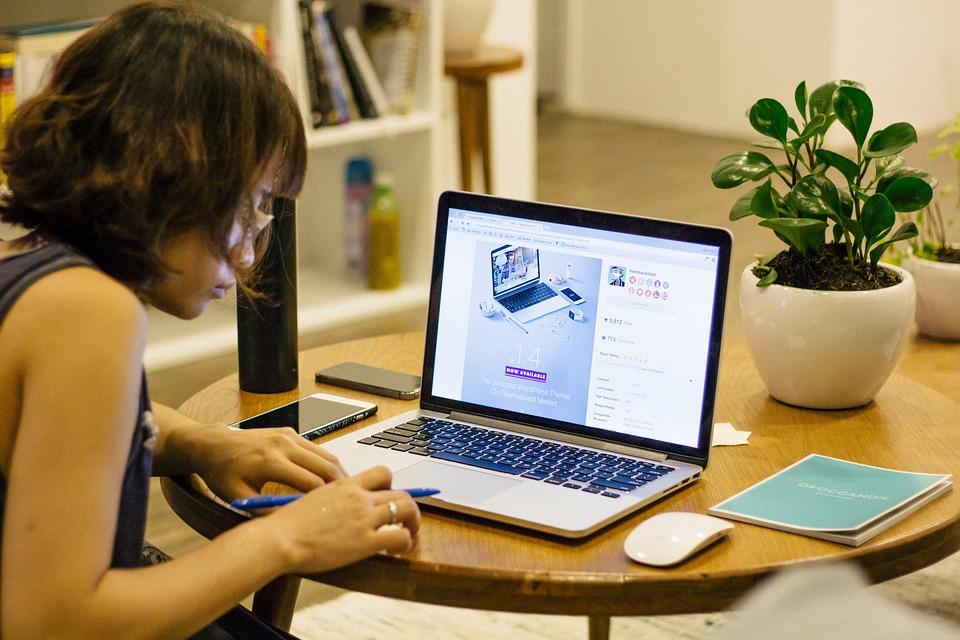 žena pri počítači