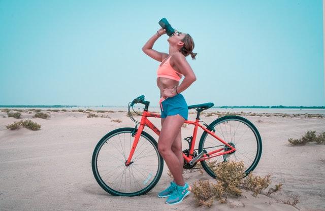 Fit žena, bicykel, pláž.jpg