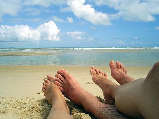pár ležiaci na pláži