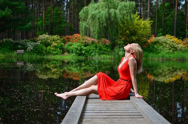 dívka u jezera.jpg