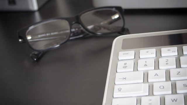 Okuliare a pc klávesnica.jpg