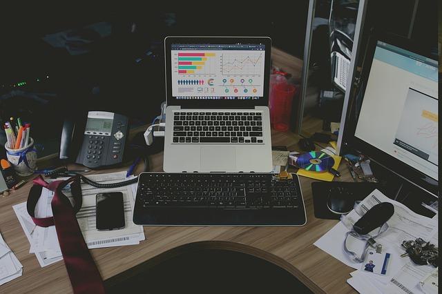 Neporiadok na pracovnom stole.jpg