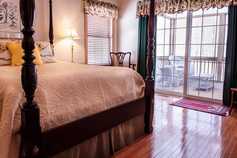 Spálňa s balkónovými dverami a veľkou posteľou