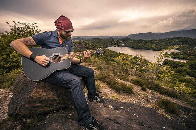Muž hrajúci na gitaru.jpg