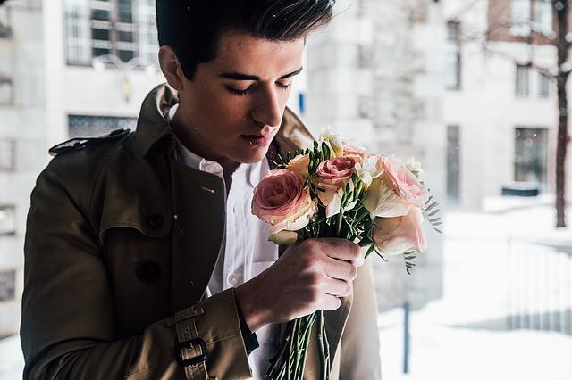 Muž s kyticou kvetov.jpg