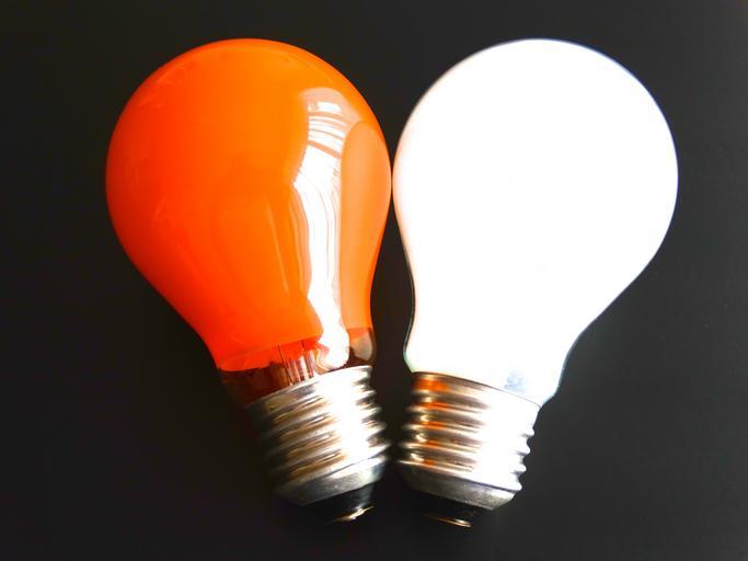 Oranžová a biela žiarovka vedľa seba