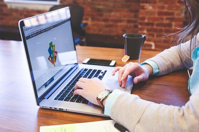 Notebook, žena ťuká do klávesnice.jpg