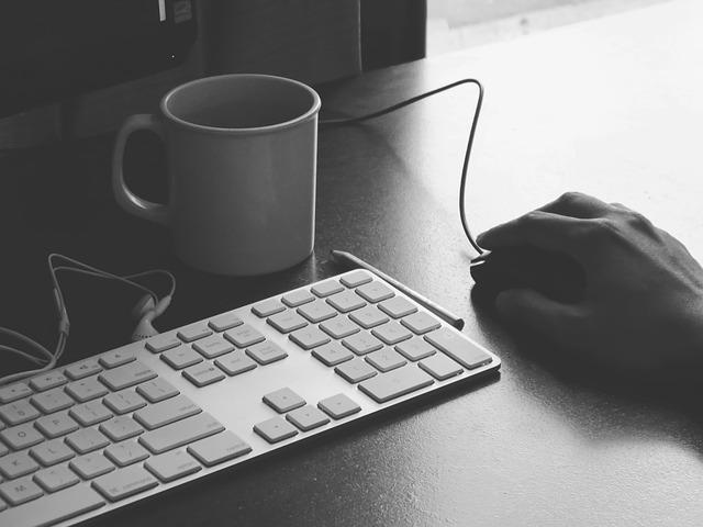 Práca s počítačom, šálka kávy.jpg