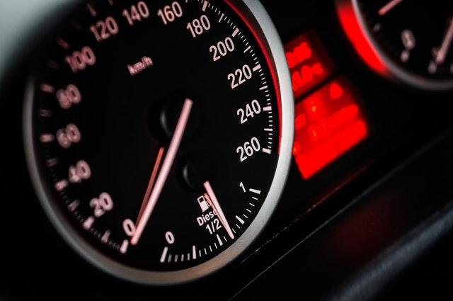 Palubová doska – tachometer a kontrolky v aute.jpg