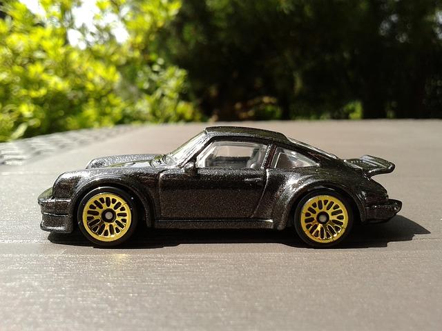 Model čierneho auta so zlatými hliníkovými diskami.jpg