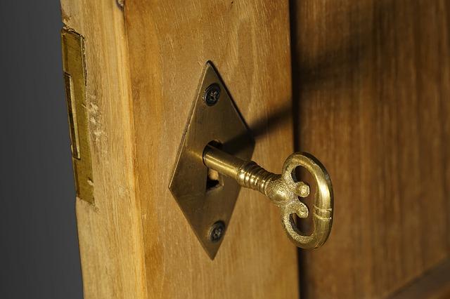 Drevené dvere, kľučka, kľúč.jpg