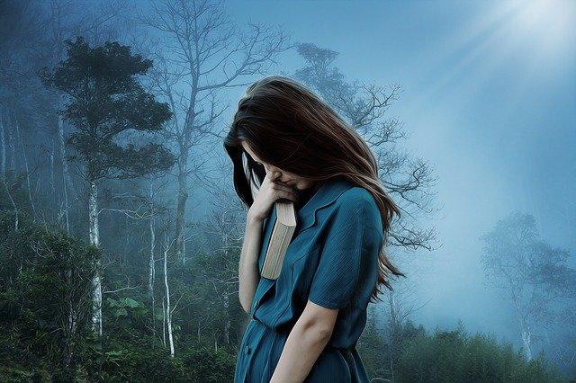 Žena v modrých šatoch, smútok