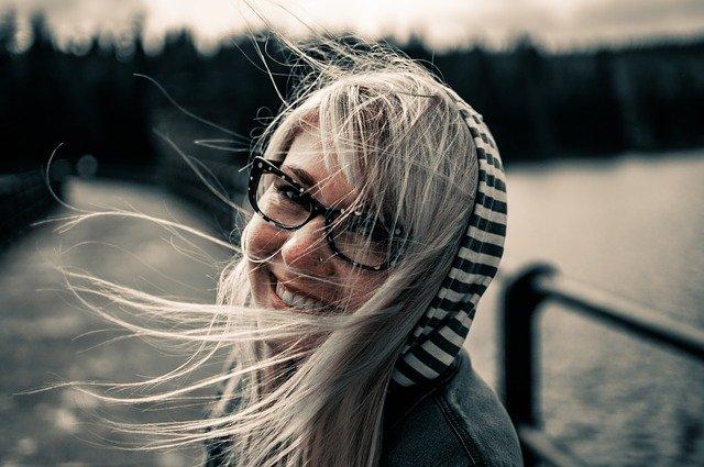 Usmiata žena, šťastná, blondýna